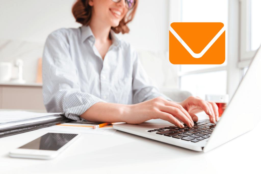 Mulher usando o computador e encaminhando e-mail - reduzindo taxa de rejeição