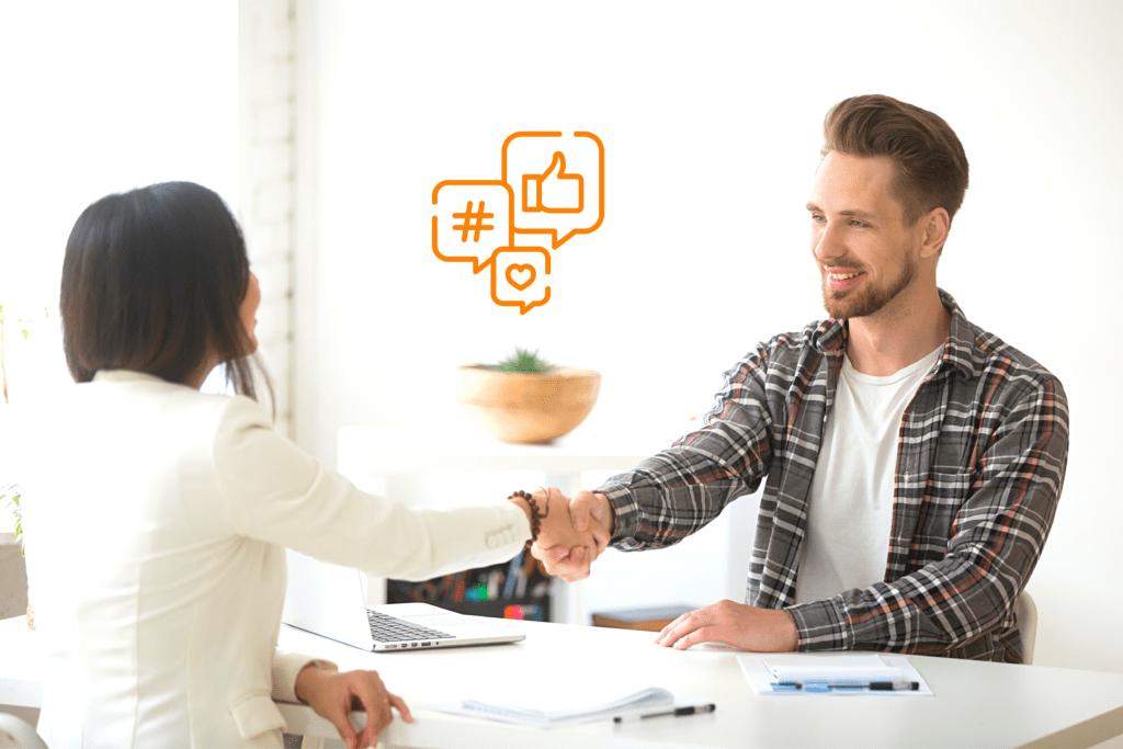 Atendente dando mãos ao cliente, focando na fidelização do cliente e atendimento