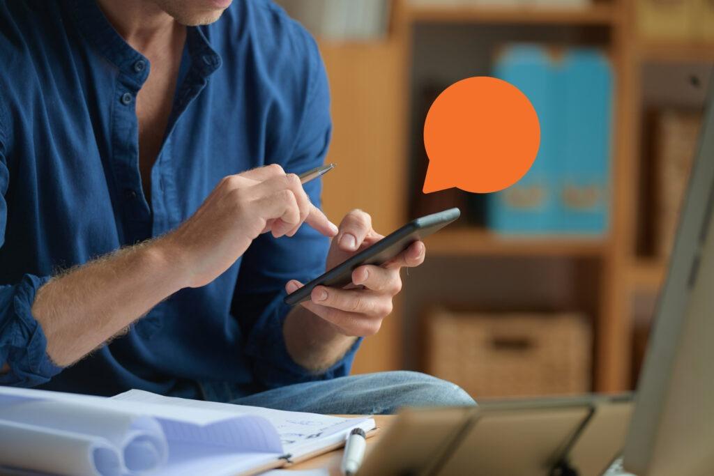 Mulher enviando sms em massa pelo celular