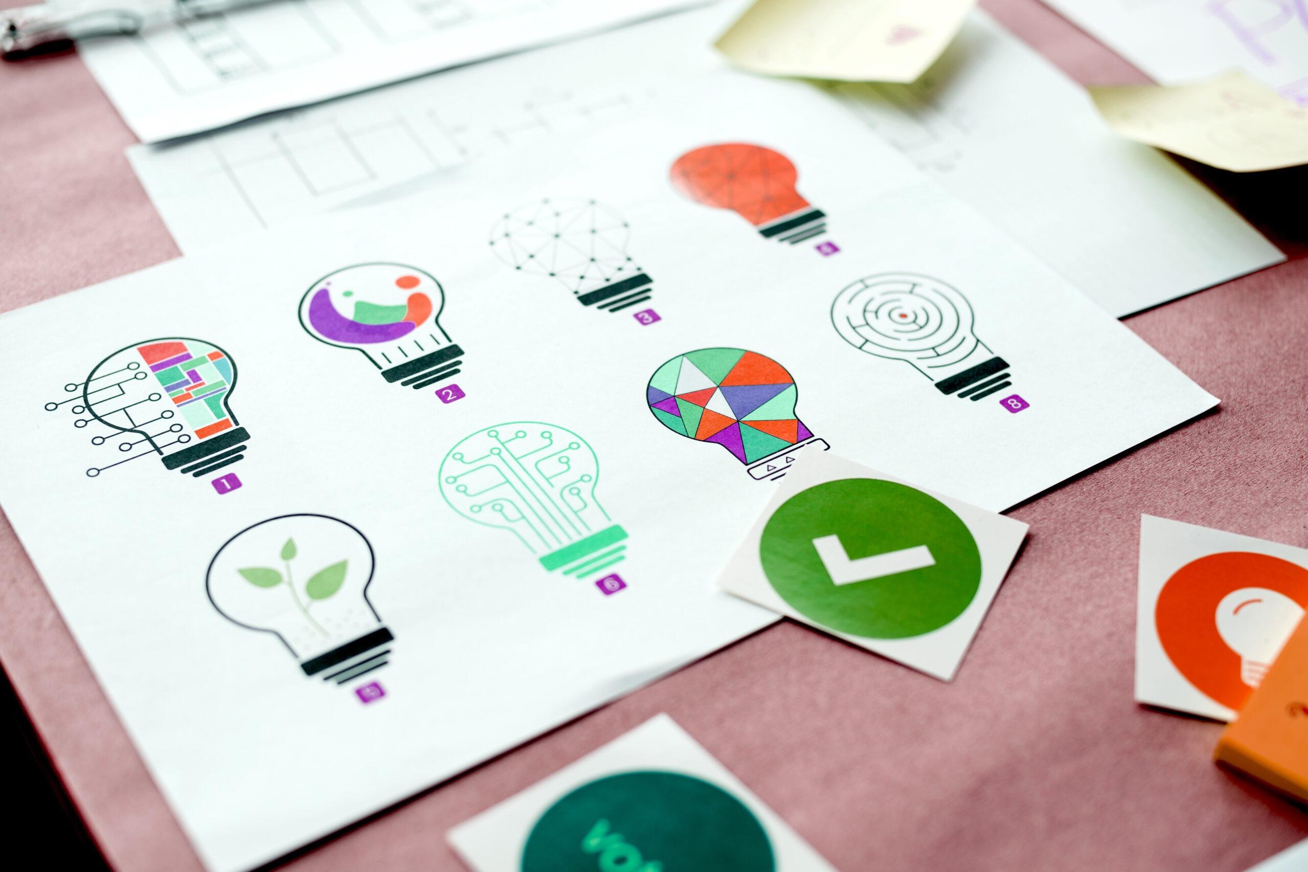 Múltiplos designs de lâmpada representando ideias para um atendimento ao cliente inovador